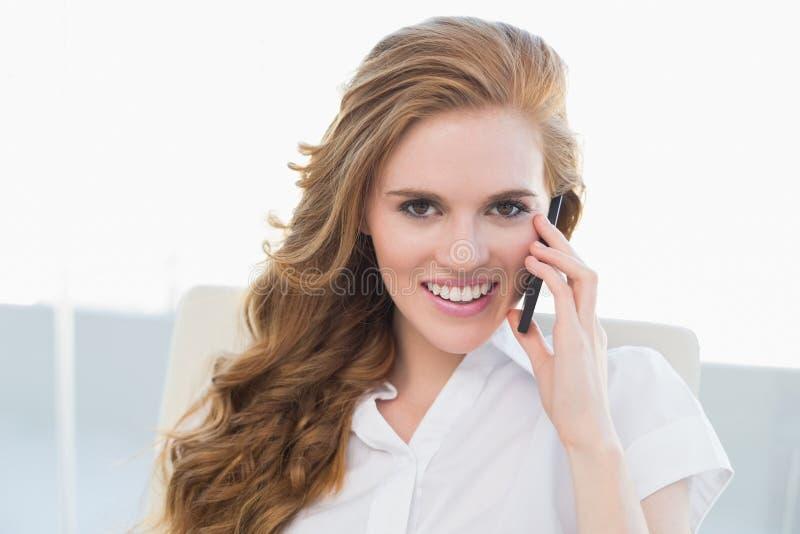 Retrato da mulher de negócios que usa o telefone celular no escritório foto de stock royalty free