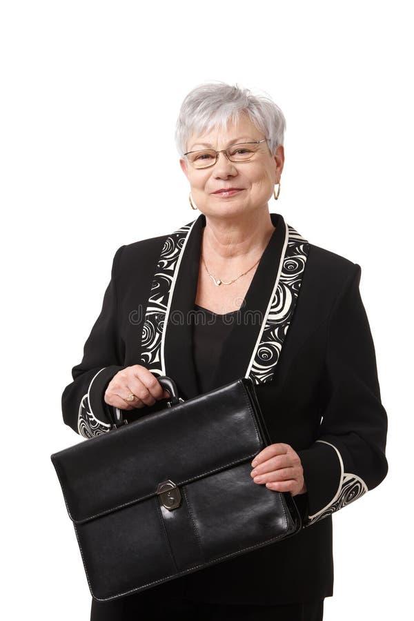 Retrato da mulher de negócios sênior com pasta foto de stock