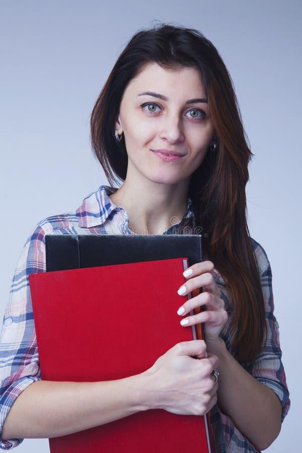 Retrato da mulher de negócios de sorriso feliz nova com os dobradores no ha fotos de stock royalty free