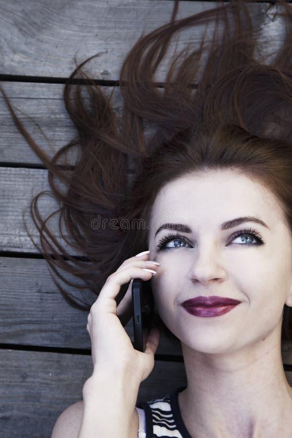 Retrato da mulher de negócios de sorriso feliz nova com OU do smartphone fotos de stock