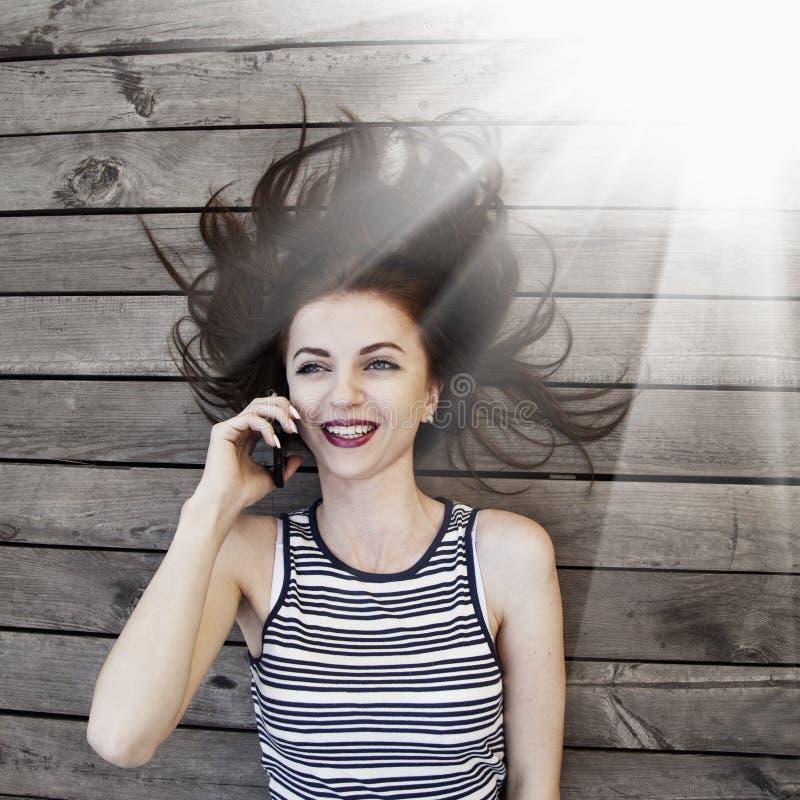 Retrato da mulher de negócios de sorriso feliz nova com OU do smartphone fotografia de stock royalty free