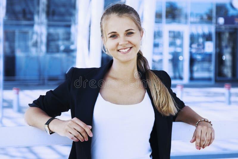 Retrato da mulher de negócios de sorriso feliz nova Freedom, freelanc fotografia de stock