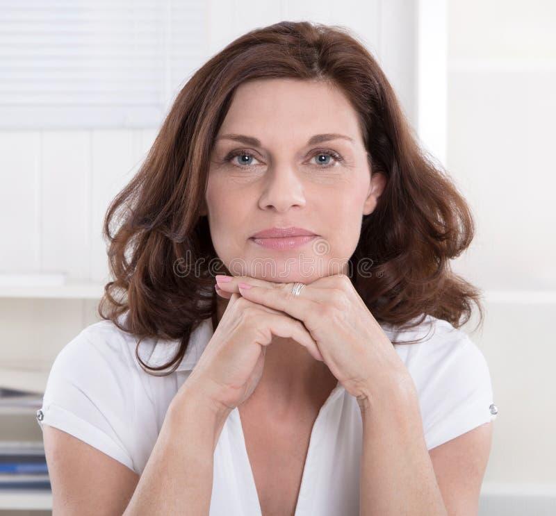Retrato da mulher de negócios superior séria. imagens de stock royalty free