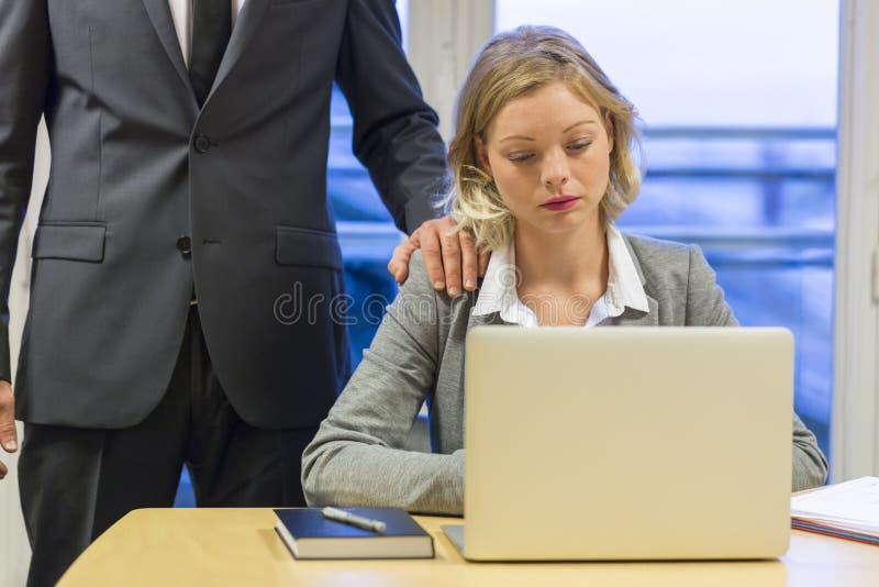 Retrato da mulher de negócios triste com seu chefe no fundo Mão fotografia de stock