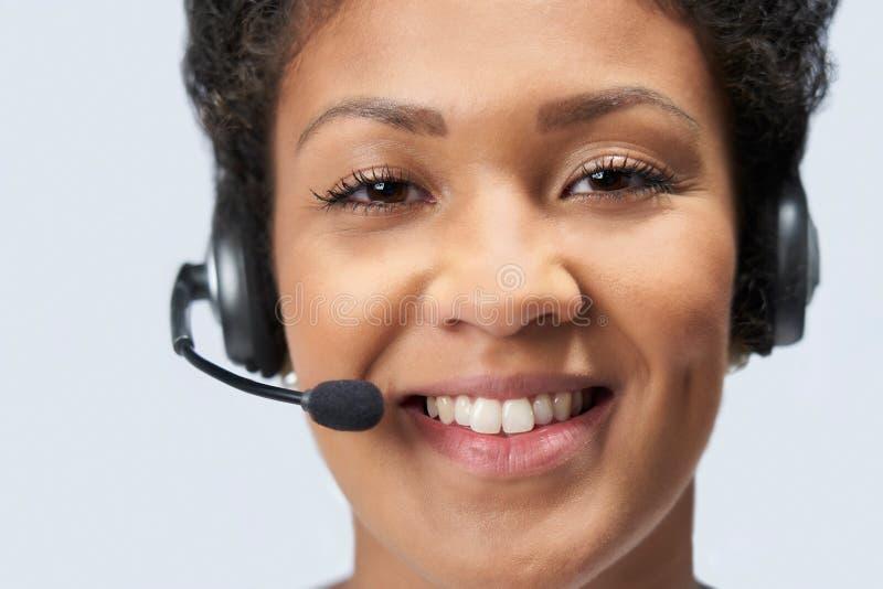 Retrato da mulher de negócios Wearing Telephone Headset no departamento de serviços ao cliente fotografia de stock