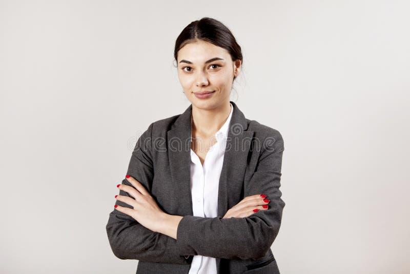 Retrato da mulher de neg?cios no fundo cinzento fotos de stock royalty free