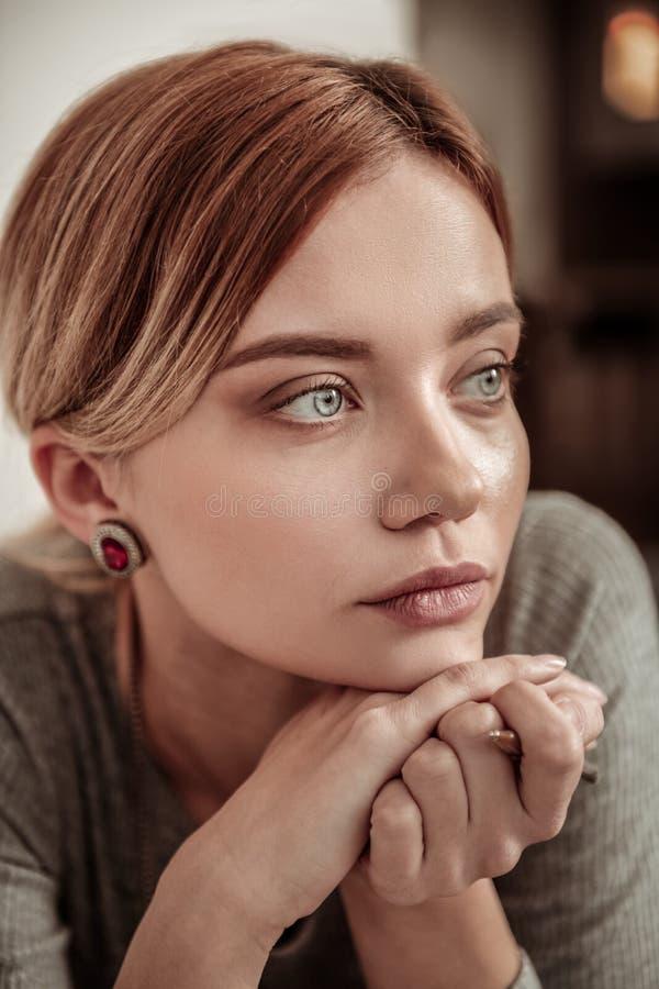 Retrato da mulher de olhos azuis nova bonita que veste a joia à moda fotografia de stock royalty free