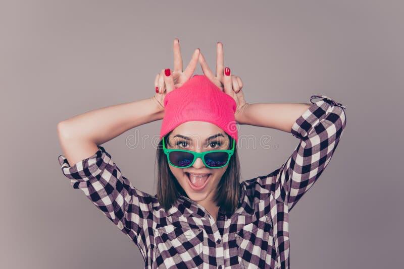Retrato da mulher de riso nova no chapéu cor-de-rosa, óculos de sol que têm fotos de stock