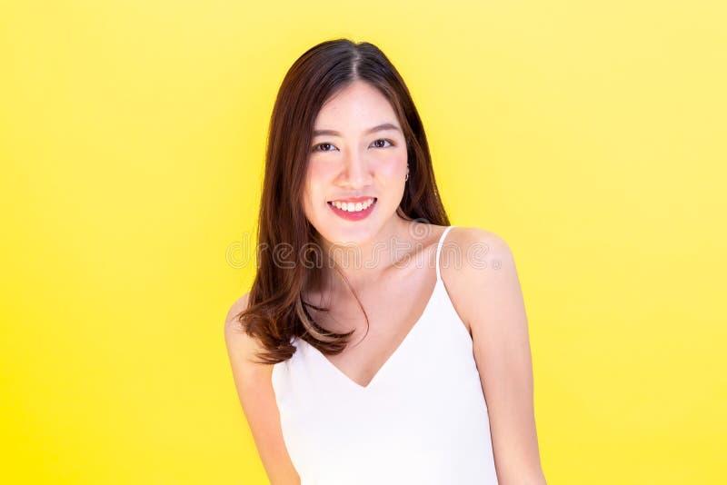 Retrato da mulher de sorriso asiática atrativa que mostra a expressão bonito imagens de stock royalty free