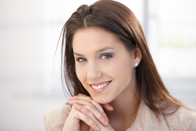 Retrato da mulher de sorriso bonita fotografia de stock royalty free