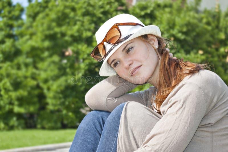 Retrato da mulher de sorriso bonita nova imagens de stock royalty free