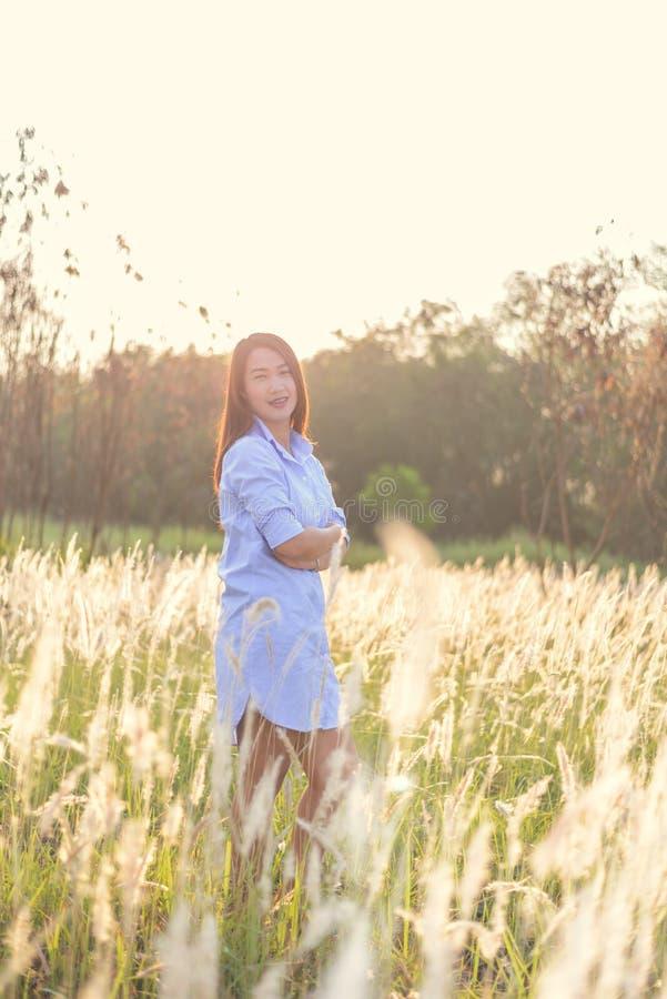 Retrato da mulher de sorriso bonita nova fora imagem de stock royalty free