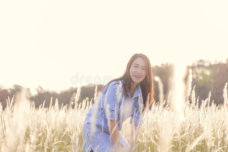Retrato da mulher de sorriso bonita nova fora fotos de stock