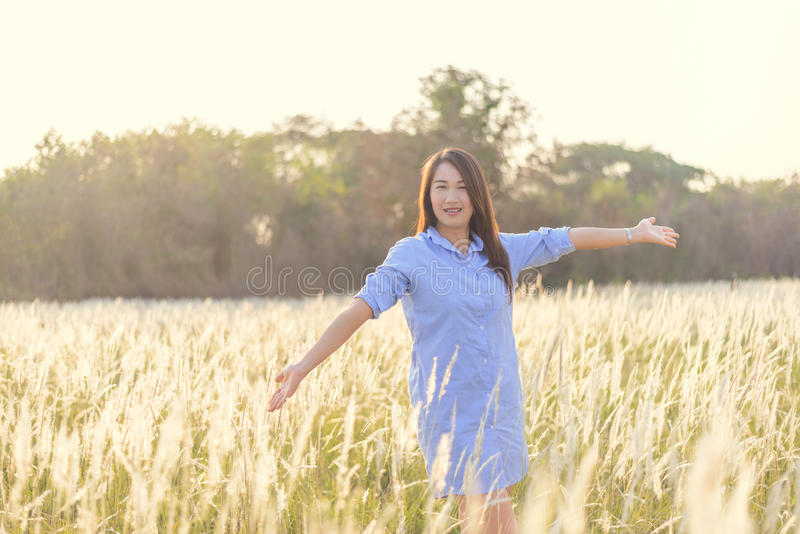 Retrato da mulher de sorriso bonita nova fora foto de stock royalty free