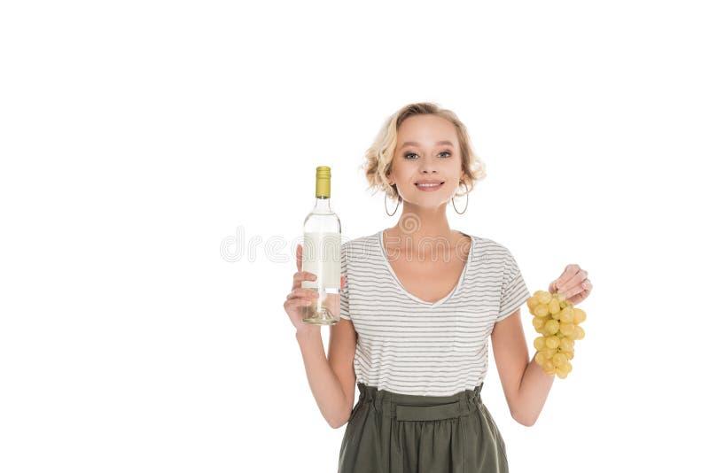 retrato da mulher de sorriso com a garrafa do vinho e das uvas nas mãos imagem de stock