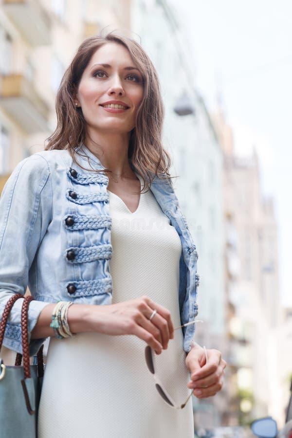 Retrato da mulher de sorriso com o cabelo longo que veste a roupa ocasional fotos de stock royalty free