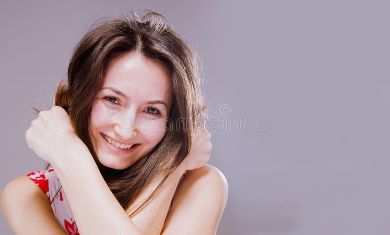 Retrato da mulher de sorriso feliz bonita nova que joga com seu cabelo longo F?rma f?mea fotos de stock