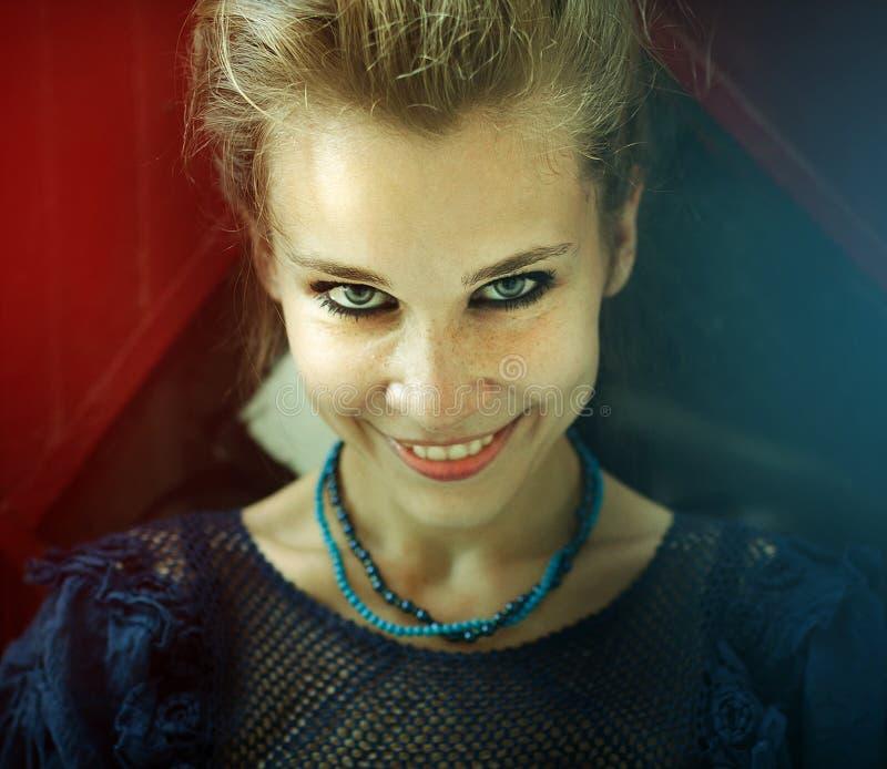 Retrato da mulher de sorriso feliz natural imagem de stock