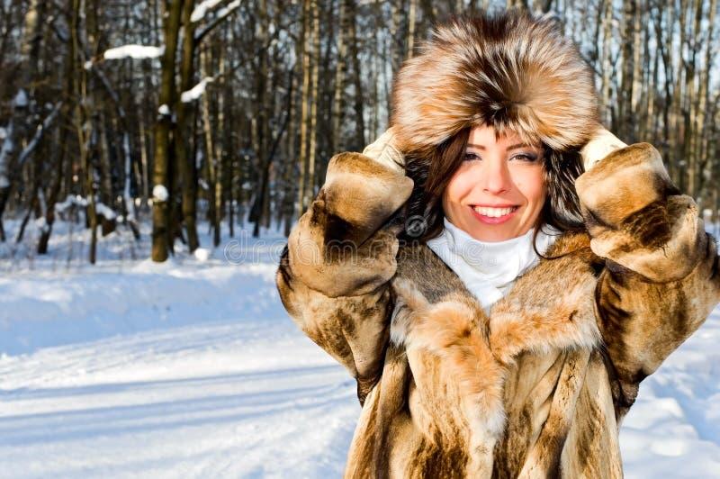 Retrato da mulher de sorriso no parque foto de stock royalty free