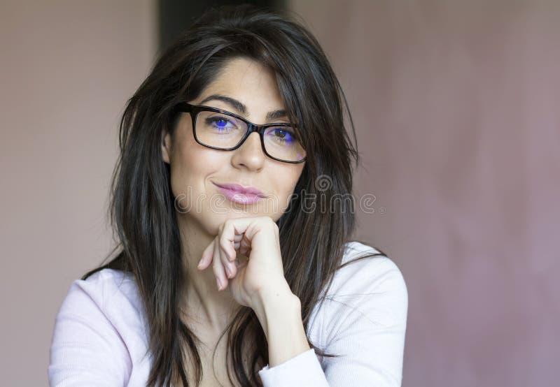 Retrato da mulher de sorriso nova bonita com monóculos modernos fotografia de stock royalty free