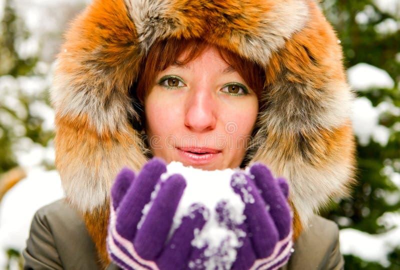 Retrato da mulher de sorriso nova com neve fotografia de stock