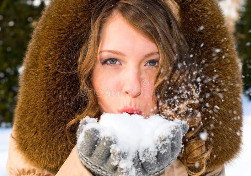 Retrato da mulher de sorriso nova com neve fotos de stock