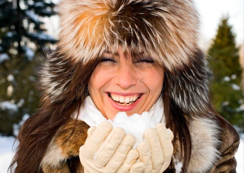 Retrato da mulher de sorriso nova com neve imagens de stock royalty free