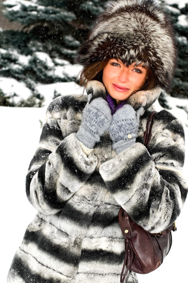 Retrato da mulher de sorriso nova na floresta do inverno foto de stock royalty free
