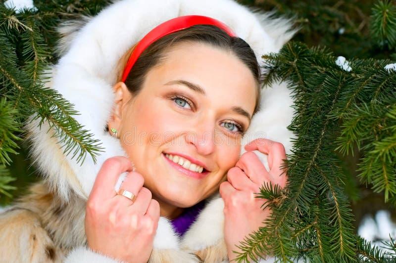 Retrato da mulher de sorriso nova no casaco de pele imagem de stock
