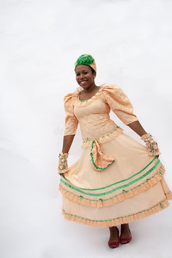 Retrato da mulher de sorriso nova que guardara sua saia na roupa tradicional das Caraíbas, tiro do estúdio imagem de stock royalty free