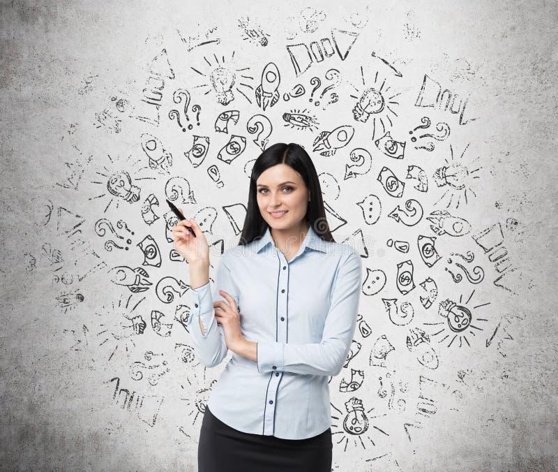 Retrato da mulher de sorriso que indica ícones do negócio fotos de stock