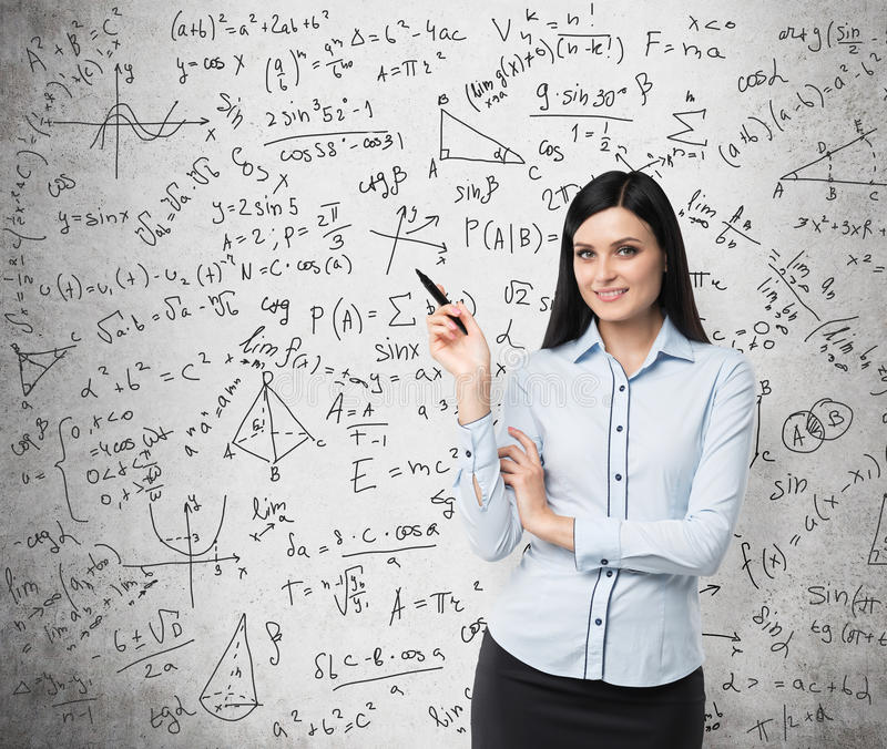 Retrato da mulher de sorriso que indica cálculos complicados da matemática foto de stock royalty free