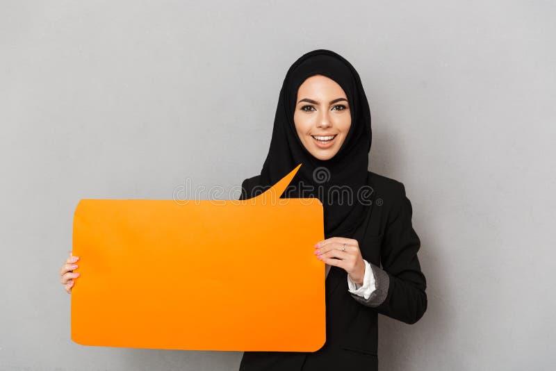 Retrato da mulher de sorriso 20s dos muçulmanos no clothi tradicional preto fotos de stock royalty free