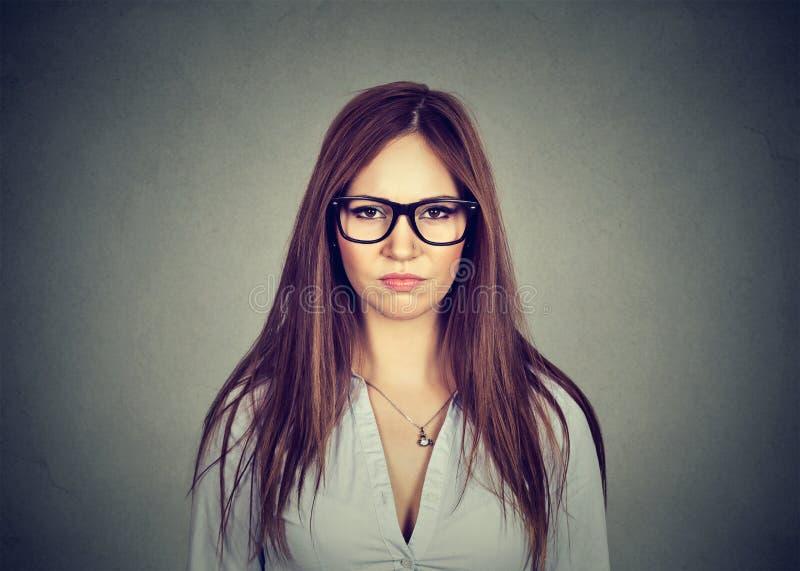 Retrato da mulher desagradada irritada que olha a câmera fotos de stock