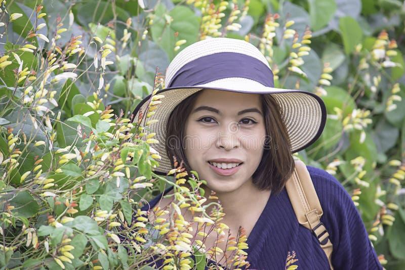Retrato da mulher do Asean que veste um chapéu no jardim fotos de stock royalty free