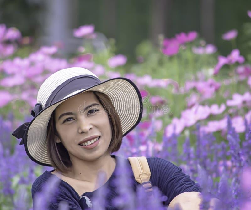 Retrato da mulher do Asean que veste um chapéu no jardim imagem de stock royalty free