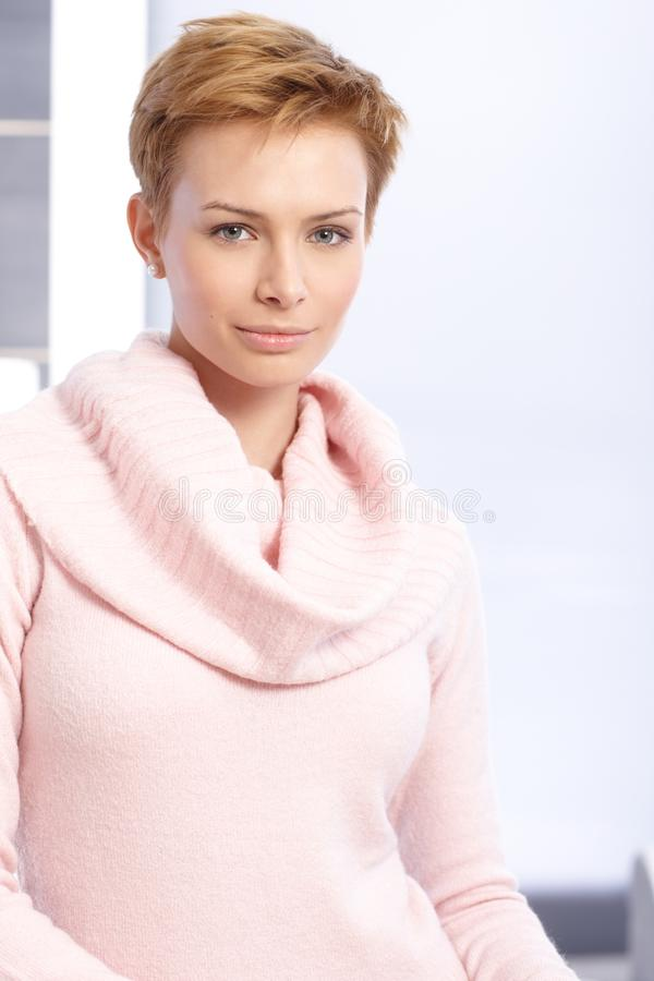 Retrato da mulher do cabelo consideravelmente curto imagem de stock royalty free