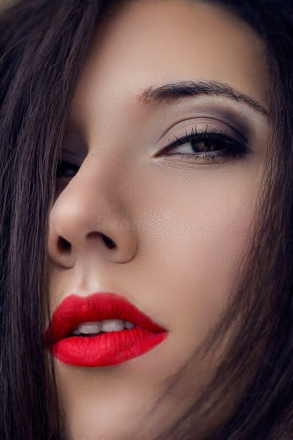 Retrato da mulher do close-up Bordos vermelhos sensuais Olhos fumarentos claros, arr foto de stock royalty free