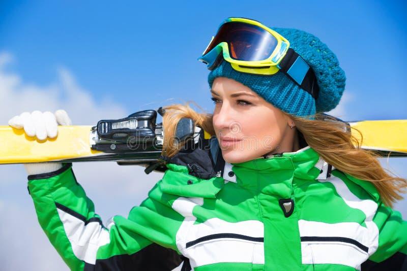 Retrato da mulher do esquiador fotografia de stock