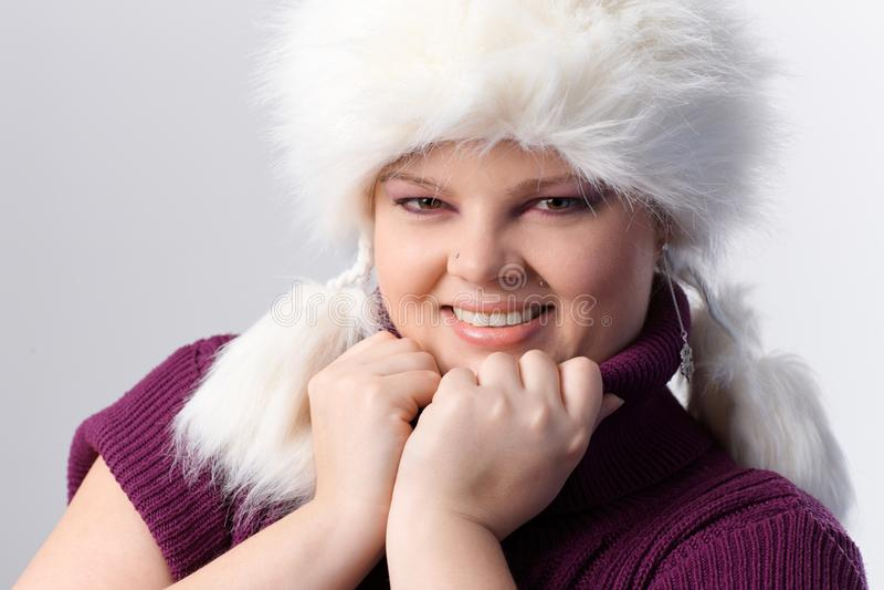 Retrato da mulher do excesso de peso no chapéu forrado a pele branco fotos de stock