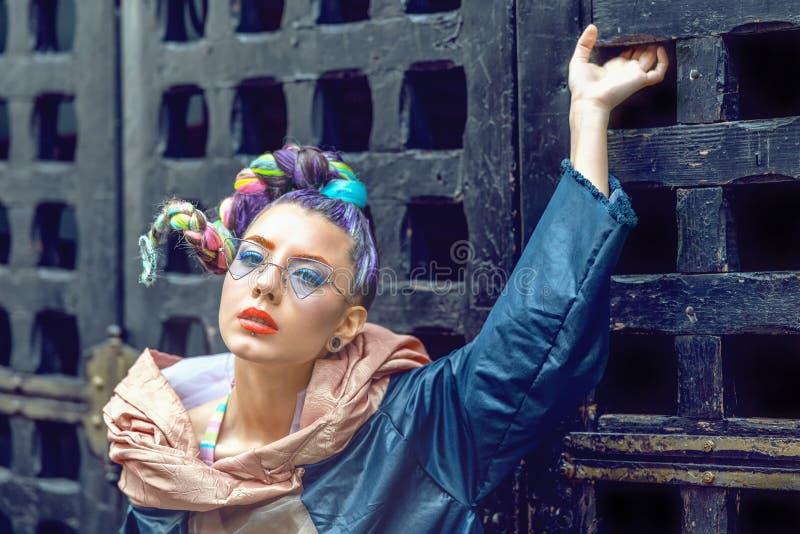 Retrato da mulher do modelo de forma da rua do moderno com cabelo trançado louco e vidros funky na moda imagens de stock royalty free