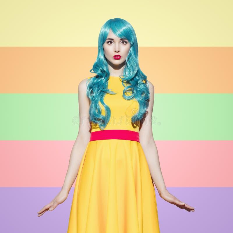 Retrato da mulher do pop art que veste a peruca encaracolado azul fotografia de stock