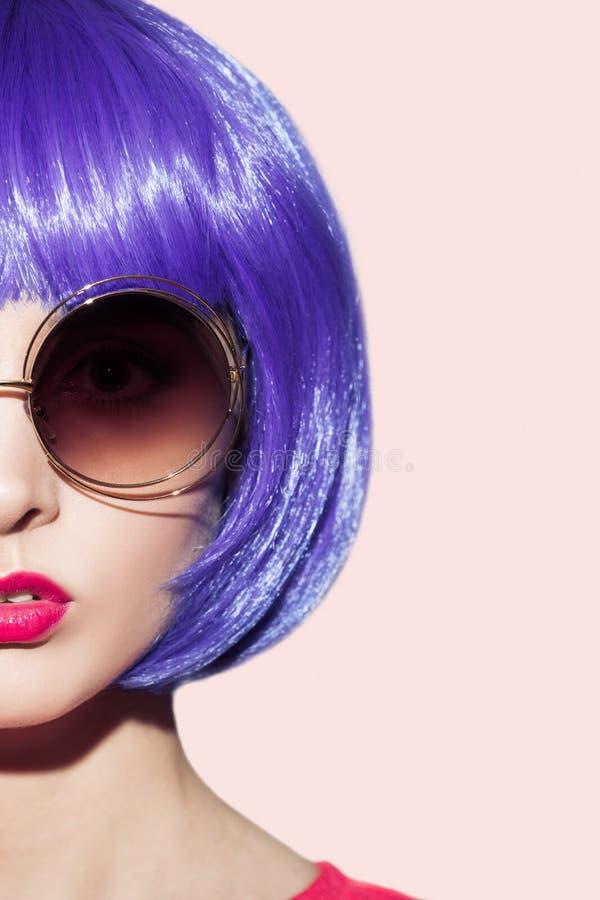 Retrato da mulher do pop art que veste a peruca roxa fotografia de stock