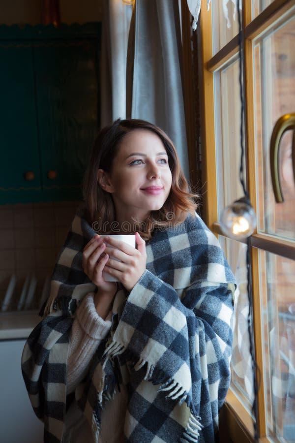 Retrato da mulher do ruivo com manta e copo fotos de stock