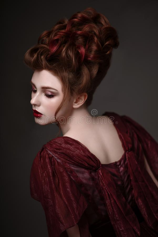 Retrato da mulher do ruivo com penteado barroco fotos de stock