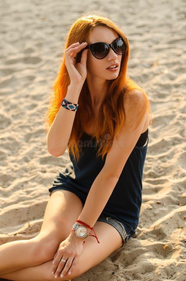 Retrato da mulher do ruivo em uma praia foto de stock