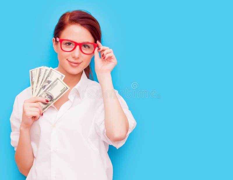 Retrato da mulher do ruivo em vidros vermelhos com dinheiro imagens de stock