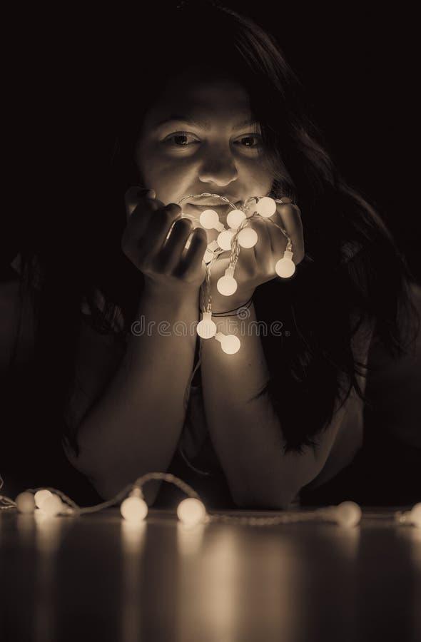 Retrato da mulher do vintage com luzes da corda fotos de stock
