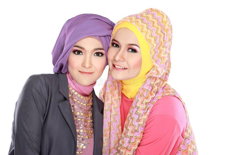 Retrato da mulher dois muçulmana bonita que tem o divertimento foto de stock royalty free