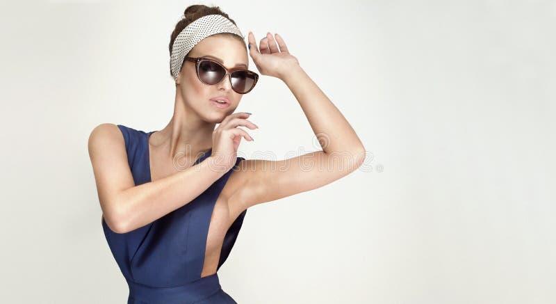 Retrato da mulher elegante bonita imagens de stock royalty free